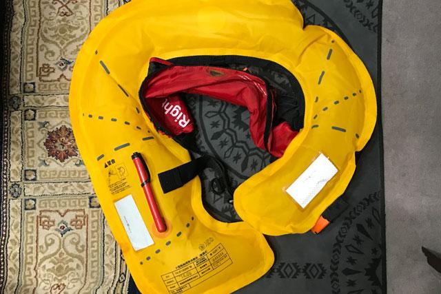 【水感知機能付き膨張式救命胴衣(ライフジャケット)メンテナンス】車内で乾かしてたら膨張しちゃったのでボンベキット交換してみました!